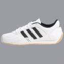 Chaussures Adidas faisant partie de l'habillement